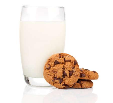 verre de lait: Un verre de lait et des biscuits isolé sur blanc