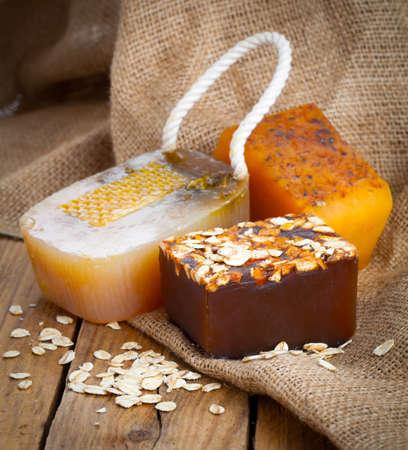jabon: jabón hecho a mano miel, sobre fondo de madera