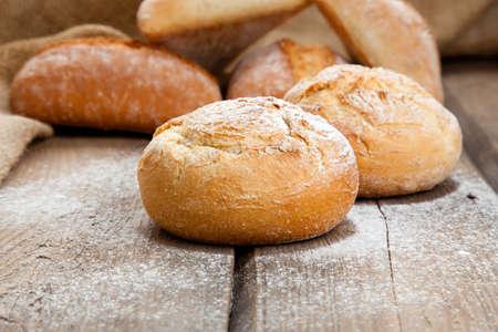 bollos: pan fresco en un fondo de madera