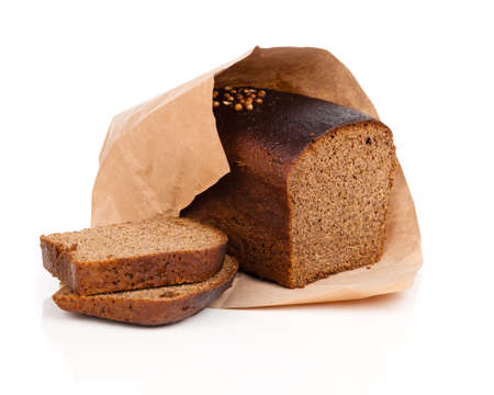 白い背景で隔離のライ麦パンのスライス