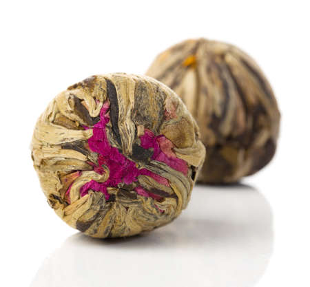 白い背景に芳香族の花緑の中国茶