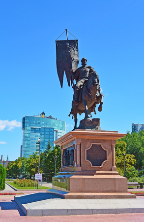Russia, Samara - August 10, 2017: a monument to the first governor and founder of the city, Prince Grigory Zasekin, front view. Rosneft office building on back. 新聞圖片