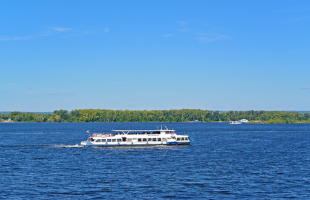 Samara, Russia - august 10, 2017: Tourist motor ship Moskva-110 carries tourists on the Volga river at sunny summer day 新聞圖片