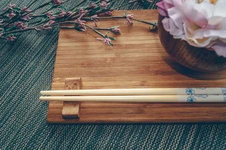 Vajilla de estilo oriental con decoración floral y espacio para texto Foto de archivo
