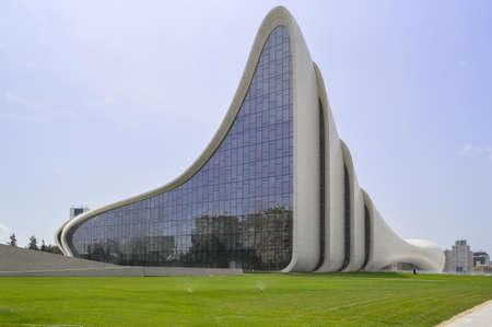 Baku, Azerbaijan, September 02, 2013: View of Heydar Aliyev Centre exterior and green grass field surrounding it Redactioneel