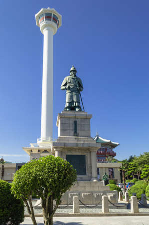 Busan, South Korea, September 14, 2019: statue of admiral and military general Yi Sun-Sin in front of Busan tower in yongdusan park 報道画像