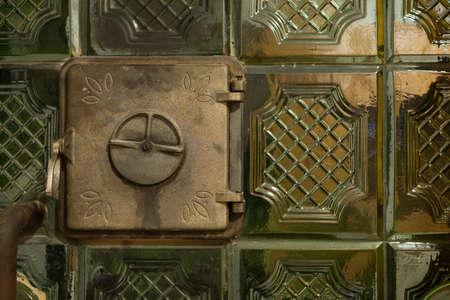 poele bois: C�ramique po�le � bois avec la porte ferm�e. Banque d'images