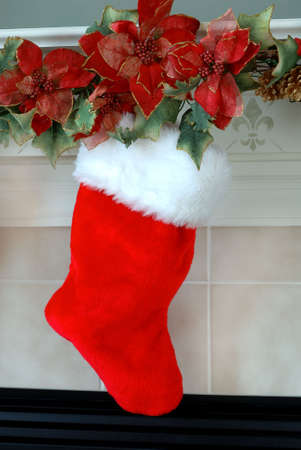 Christmas Stocking - Red and white fur christmas stocking hangs on the mantle above the fireplace on Christmas Eve. Imagens - 670995