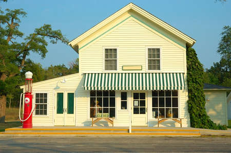 A general store and gas station with an antique gas pump outside that is now simply decorative, no longer in use. Imagens