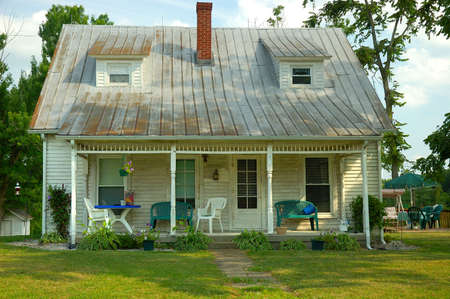 Fixer Upper - Bungalow in the Country - A cute old wood siding bungalow in the country that a realtor would refer to as a fixer-upper. Imagens