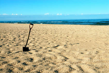 A shovel in the sand at Lake Michigan beach in the summertime. Reklamní fotografie