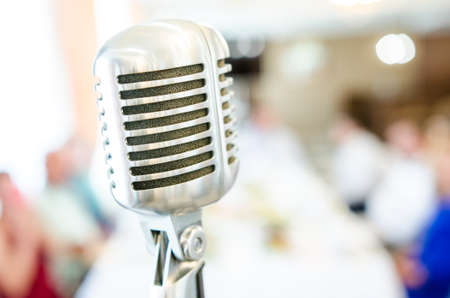 Retro microfoon op licht onscherpe achtergrond. Microfoonclose-up in restaurant