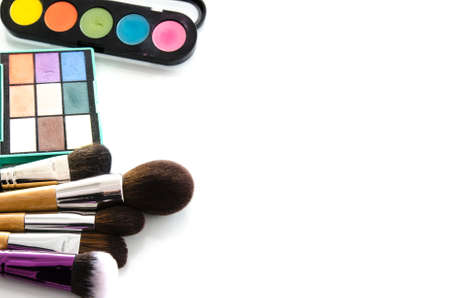 Makeup brush set with eye shadow palette. Brush and blushes on white background. Top view with copy space Stockfoto