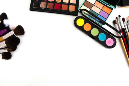 Beauty tools palettes collection. Brush and blushes on white background. Top view with copy space Banco de Imagens