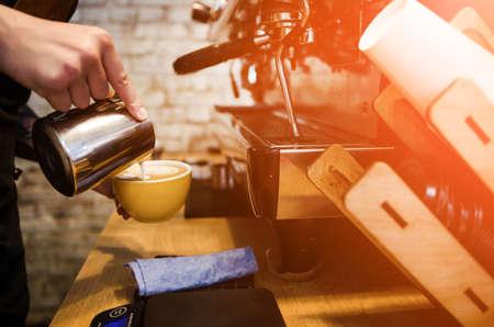 Le processus de préparation du café dans un café-restaurant. Gros plan sur un barista préparant un café au lait frais Banque d'images