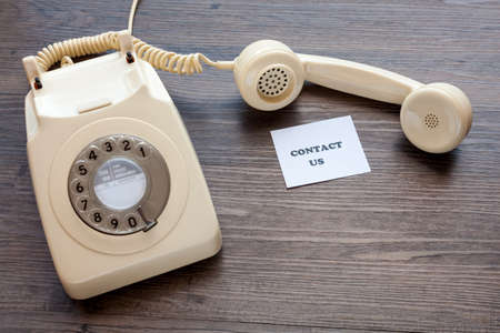 Retro telephone with note - Contact Us Banque d'images
