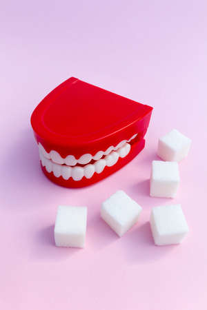 Tooth decay concept - Set of joke false teeth with sugar cubes 스톡 콘텐츠 - 129977279