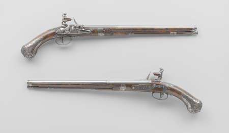 flint gun: pistola Antiue sobre fondo blanco Foto de archivo