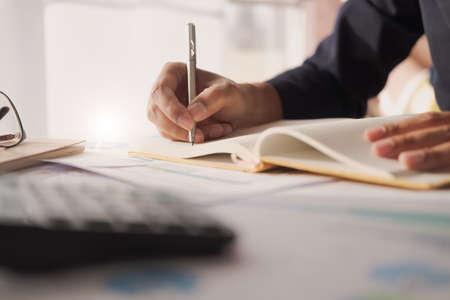 簿記係や財務検査官の手のレポート作成、残高の計算またはチェックのビューをクローズアップします。住宅金融、投資、経済、貯蓄金や保険の概念