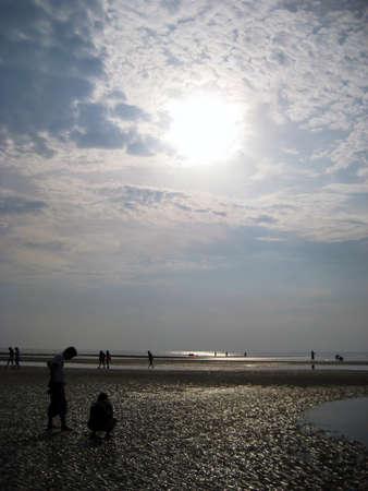 Siluetas de personas en la playa Foto de archivo - 8850835