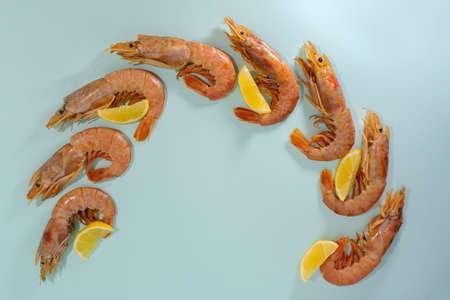 langoustines with lemon, semicircle, light blue background. Banque d'images