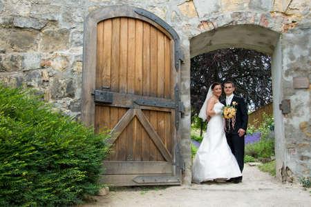 bruidspaar kasteeldeur Stockfoto
