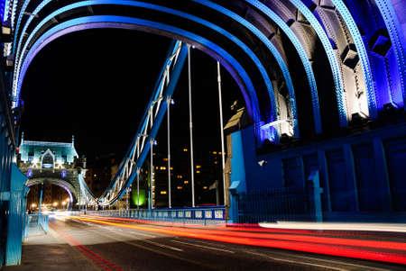 blauw Tower Bridge Londen bij nacht Stockfoto