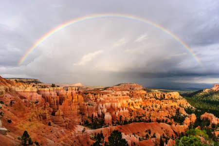 zonsondergang regenboog boven Bryce Canyon