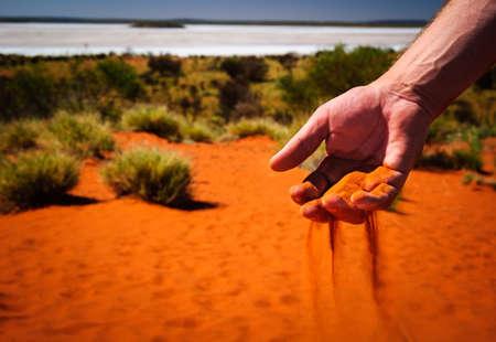 australia outback rode zand door de hand Stockfoto