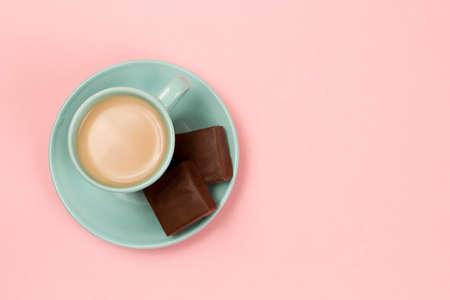filiżanka kawy: Widok z filiżanką kawy na różowym tle