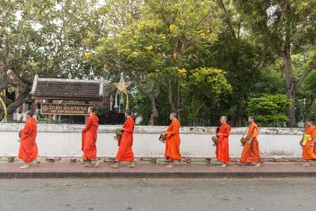 limosna: Bali, Indonesia - 19 de octubre: Los monjes pedir limosna en la ma�ana en frente de Wat Sop Sickharam en Lunag Prabang, Laos el 19 de octubre de 2014.