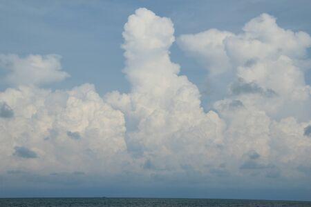 맑은 날에 좋은 흰 구름 스톡 콘텐츠