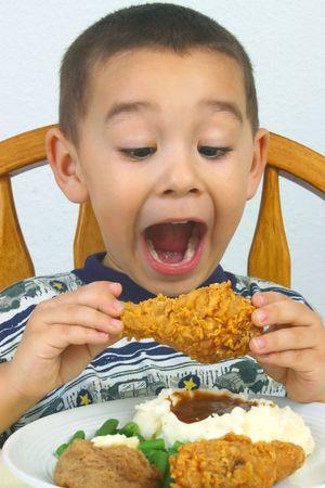 pollo frito: Un joven muchacho dispuesto a devorar su pollo frito