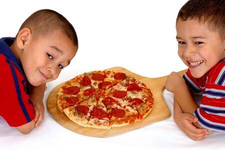 indulgere: I due fratelli giovani aspettano per mangiare una pizza delle merguez