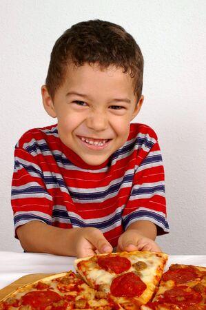 chuparse los dedos: Boy dispuesto a comer una pizza pepperoni