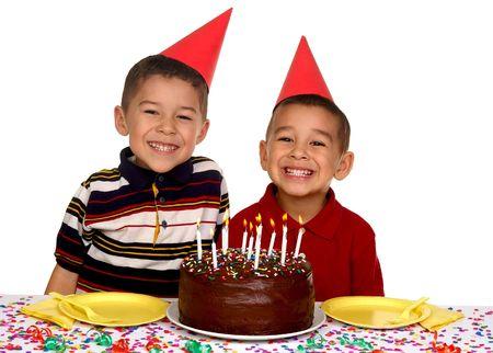 enfants qui rient: Deux jeunes fr�res pr�ts � profiter d'un g�teau d'anniversaire