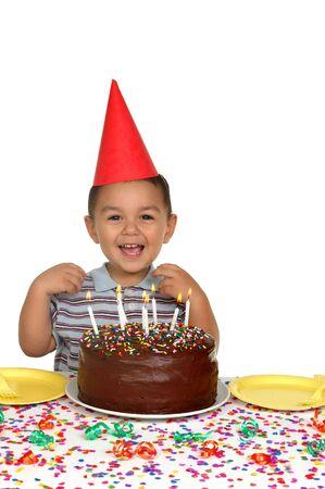 indulgere: Ragazzo a una festa di compleanno con torta di compleanno