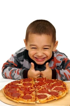 chuparse los dedos: Un ni�o listo para comer una pizza pepperoni