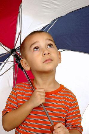 ni�o abrigado: a 5 a�os de edad, hispano un ni�o de la celebraci�n de paraguas Foto de archivo