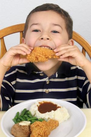 ni�os comiendo: comer pollo frito