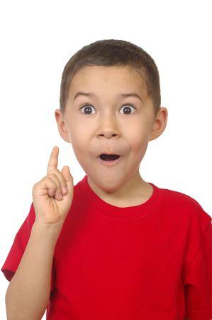 realiseren: zeven jaar oude jongen zegt ah-ha, geïsoleerd op wit