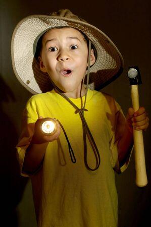 taschenlampe: Junge erkunden mit Taschenlampe bekommt Angst Lizenzfreie Bilder