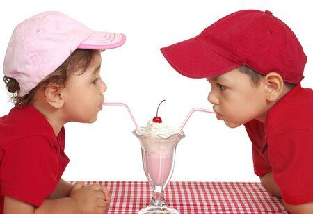 niños comiendo helado, dos y tres años Foto de archivo - 5130044
