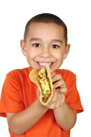 indulgere: Kid con un taco, isolato su bianco Archivio Fotografico