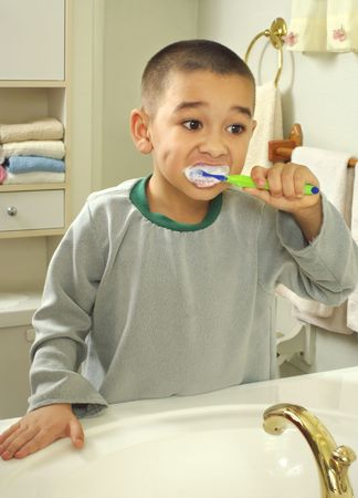 cepillarse los dientes: Ni�o cepillado de los dientes
