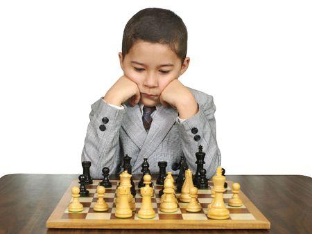 jugando ajedrez: Ni�o jugando ajedrez Foto de archivo