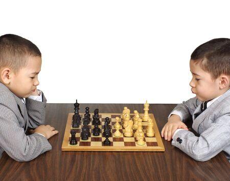 jugando ajedrez: Ni�os jugando al ajedrez Foto de archivo