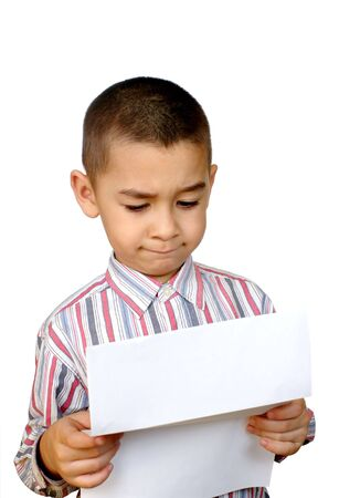 persona confundida: Ni�o leyendo una carta