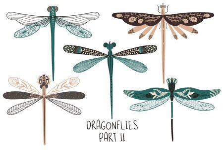 Collezione d'arte popolare di insetti decorati. Set di libellule colorate isolate con ali decorate con motivi. Seconda parte.