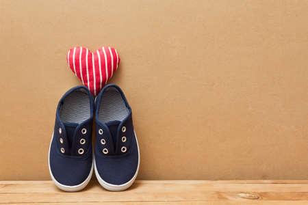 zapatos escolares: Zapatos y corazón en la parte superior. Love Theme. El amor de los zapatos